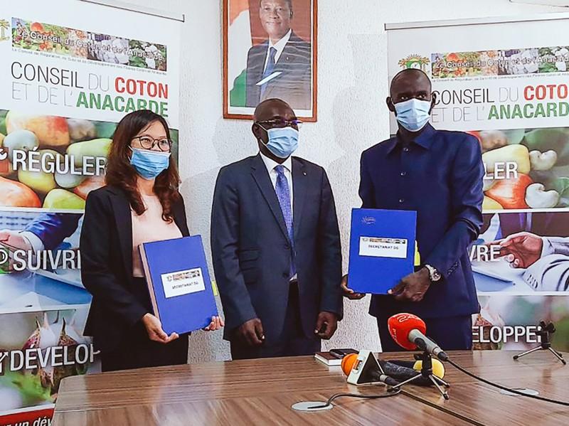 Bà Phạm Thị Phương Mai, đại diện Tập đoàn T&T Group, và đại diện Liên minh các nhà xuất khẩu điều Bờ Biển Ngà ký kết hợp đồng thu mua 150.000 tấn điều thô dưới sự chứng kiến của Hội đồng Bông và Điều Bờ Biển Ngà .