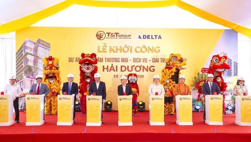 Ông Đỗ Quang Hiển, Chủ tịch HĐQT kiêm TGĐ Tập đoàn T&T Group (đứng giữa), và các vị đại biểu bấm nút khởi công xây dựng dự án.