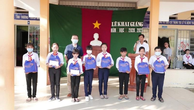 Masan Consumer trao tặng 20 suất học bổng cho học sinh xã Thạnh Hòa, Huyện Bến Lức, Tỉnh Long An.