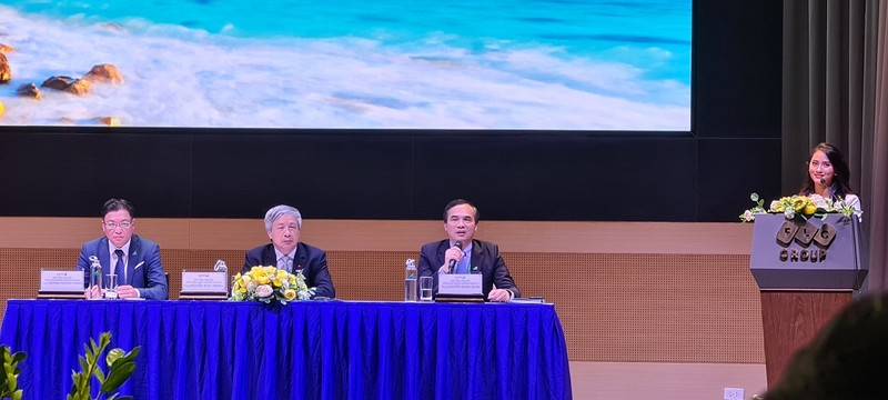 Ông Nguyễn Mạnh Quân- Phó Tổng Giám đốc Bamboo Airways (ngồi thứ 3, từ trái sang) cho biết vé bay Côn Đảo sẽ rất cạnh tranh