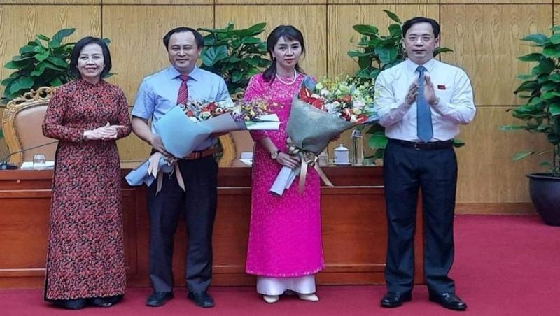 Hai tân Phó chủ tịch UBND tỉnh Lạng Sơn, bà Đoàn Thu Hà và ông Lương Trọng Quỳnh (đứng giữa).