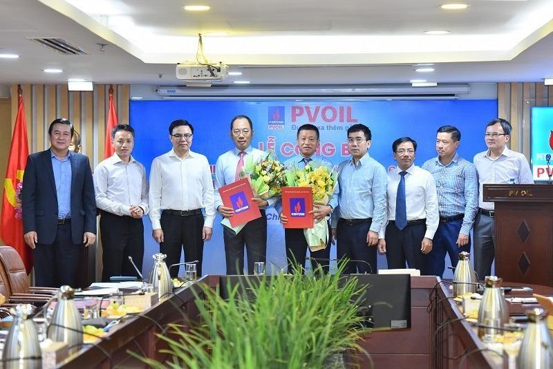 Ông Cao Hoài Dương (cầm hoa bên trái) và ông Đoàn Văn Nhuộm (cầm hoa bên phải) tại lễ công bố Nghị quyết.