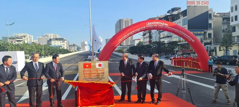 Phó Thủ tướng Trương Hòa Bình, Bí thư Thành ủy Hà Nội Vương Đình Huệ cùng các đại biểu thực hiện nghi thức gắn biển công trình. Ảnh: Minh Hữu