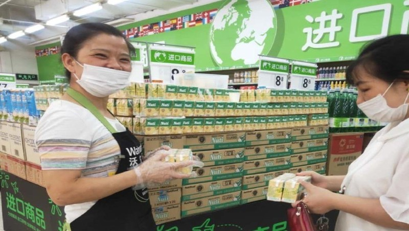 Sữa đậu nành NutiFood trong siêu thị của Walmart.