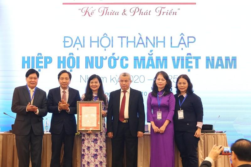Thứ trưởng Bộ Nội vụ- Trần Anh Tuấn (thứ hai từ trái sang) - trao quyết định thành lập Hiệp hội Nước mắm Việt Nam.