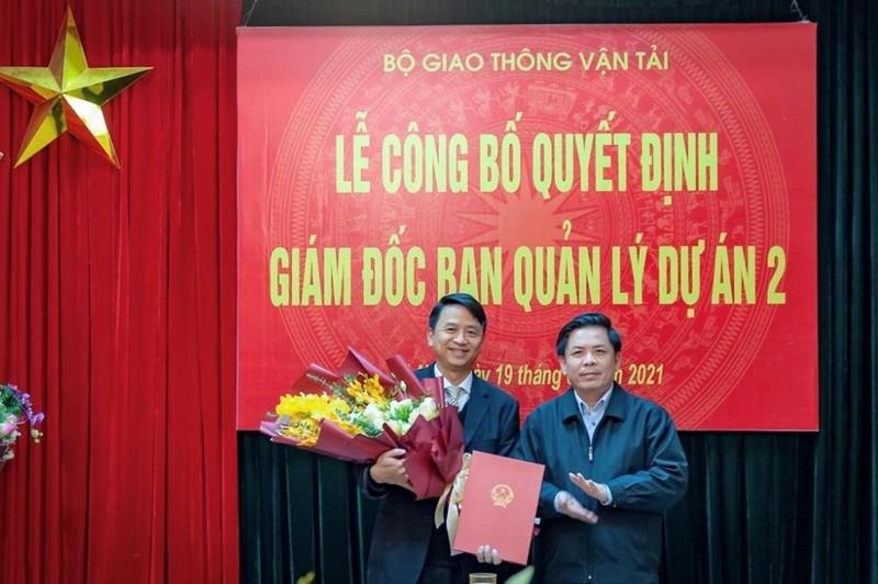 Bộ trưởng GTVT Nguyễn Văn Thể trao quyết định Giám đốc PMU2 cho ông Lê Thắng (trái).