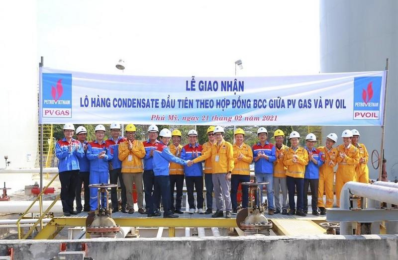 PV GAS bàn giao 4.000 m3 khí tiêu chuẩn cho PV OIL sản xuất xăng