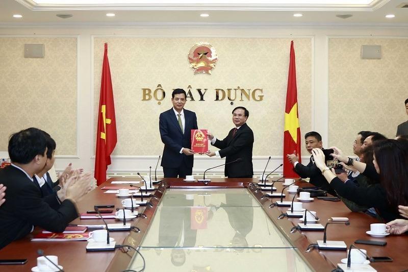 Ông Bùi Xuân Dũng (trái) nhận quyết định làm Cục trưởng Cục Quản lý nhà và Thị trường Bất động sản
