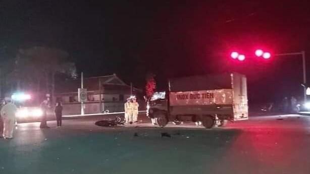 Vụ tai nạn khiến 4 người thương vong, người lái xe máy đã vượt đèn đỏ.