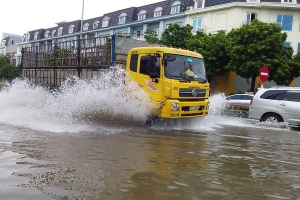 Cơn mưa lớn rạng sáng ngày 13/8 khiến nhiều tuyến đường trên địa bàn TP. Hải Dương bị ngập úng nặng.