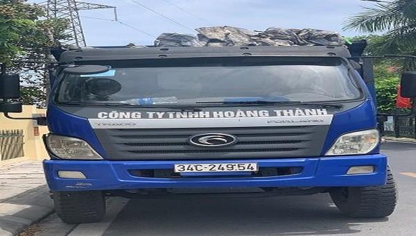 Chiếc xe bị bắt quả tang đổ trộm chất thải.