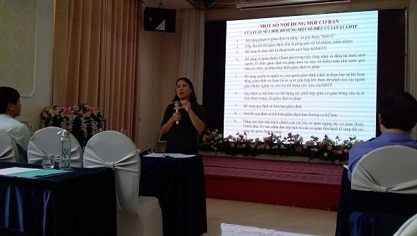Bà Nguyễn Thị Thụy - Trưởng phòng quản lý giám định tư pháp - Cục Bổ trợ Tư pháp (Bộ Tư pháp) phổ biến kiến thức về giám định tư pháp cho các học viên