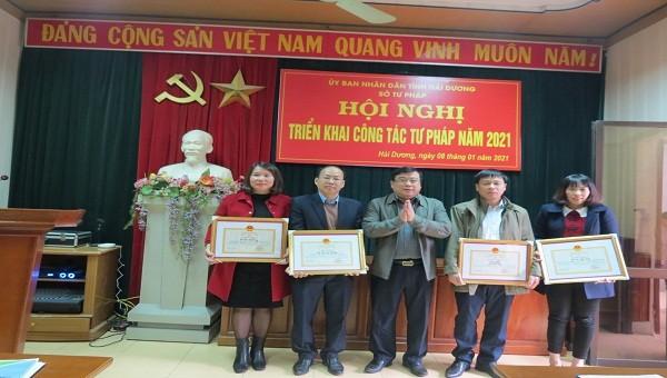 Ông Ngô Quang Giáp -Giám đốc sở Tư pháp tỉnh Hải Dương trao giấy khen cho các nhân tổ chức có thành tích xuất sắc năm 2020