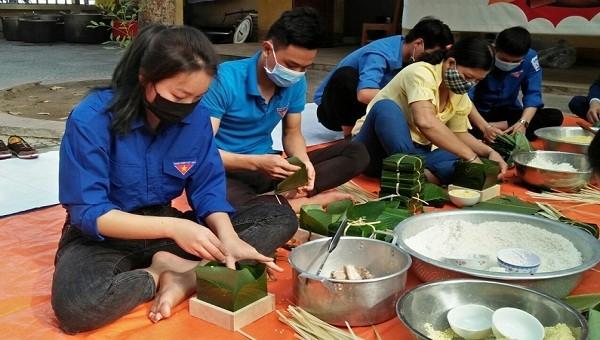 Nhiều hộ đang bị cách ly ở Kinh Môn đã được nhận bánh chưng để ăn tết