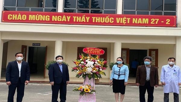 Thủ tướng gửi lẵng hoa biểu dương lực lượng y tế chống dịch ở Hải Dương