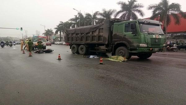 Va chạm với xe tải, người phụ nữ đi xe máy tử vong thương tâm