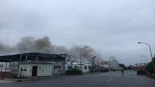 Cháy lớn ở công ty dây cáp điện, hơn 70 cảnh sát tham gia dập lửa