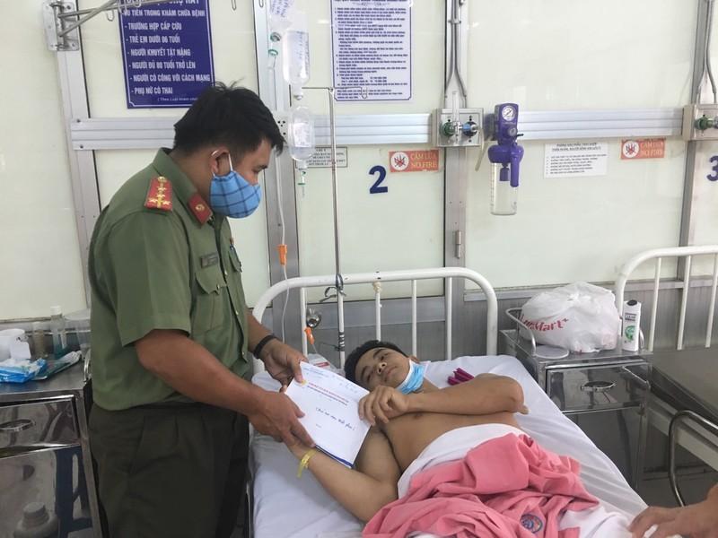 Đại úy Huỳnh Minh Đức, Phó Bí thư Đoàn Thanh niên Công an tỉnh hỏi thăm sức khỏe và trao tặng 65 triệu đồng cho Chiến sỹ Phan Đức Mạnh đang điều trị tại Bệnh viện Chợ Rẫy.