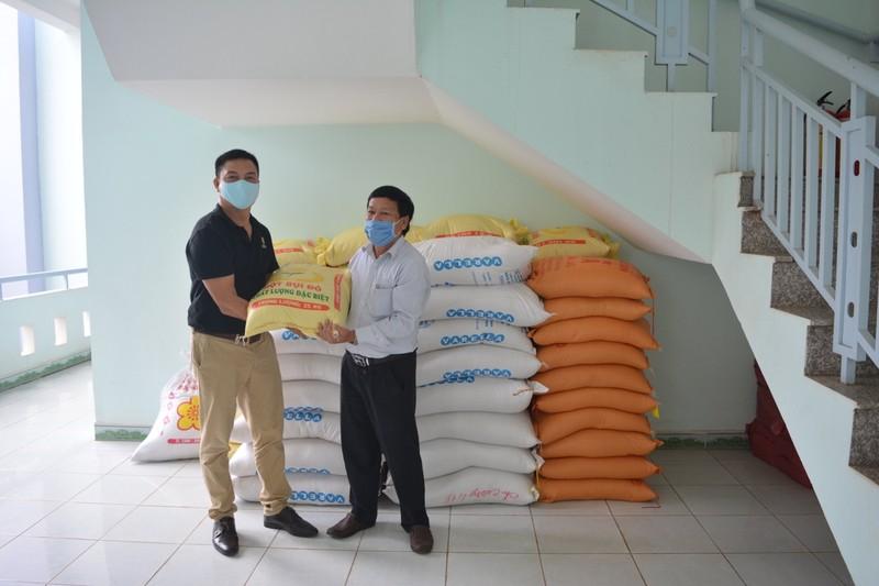Ông Nguyễn Văn Hoá, Chủ tịch Uỷ Ban MTTQ Việt Nam huyện Vĩnh Cửu (áo trắng) đại diện tiếp nhận gạo.