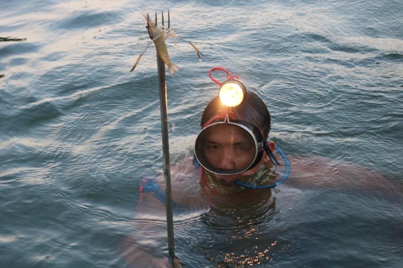 Đổ thuốc trừ sâu tận diệt nguồn thủy sản sông Đồng Nai