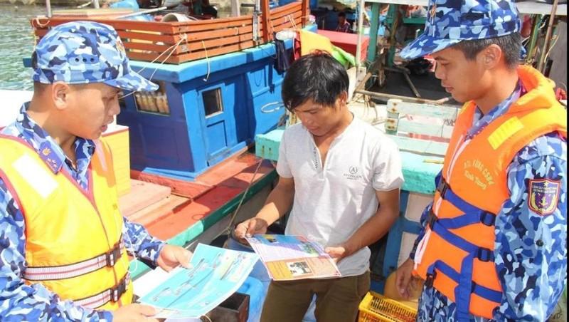 Bộ Tư lệnh Vùng Cảnh sát biển 4: Kết hợp thực hiện nhiệm vụ huấn luyện trên biển với công tác dân vận