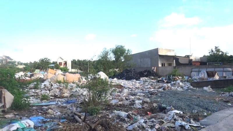 Khu dân cư bị biến thành bãi rác vì người dân thấp thỏm chờ đợi quyết định từ cơ quan chức năng