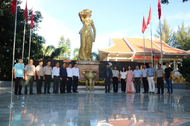 Thứ trưởng Bộ Tư Pháp Nguyễn Thanh Tịnh dâng hương, tri ân các anh hùng liệt sĩ