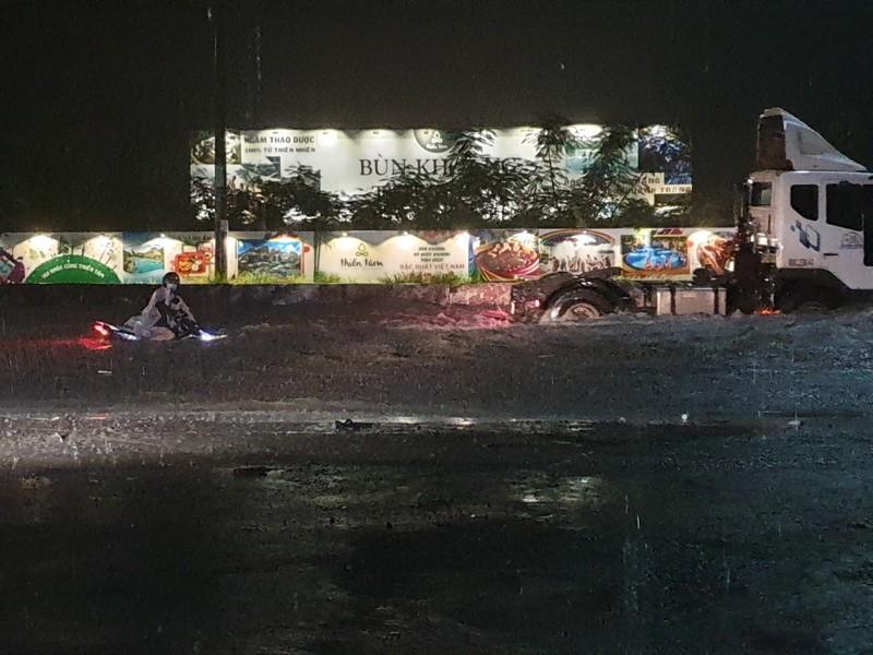 Cơn mưa lớn kéo dài khiến tuyến đường tránh của Đồng Nai chìm trong biển nước