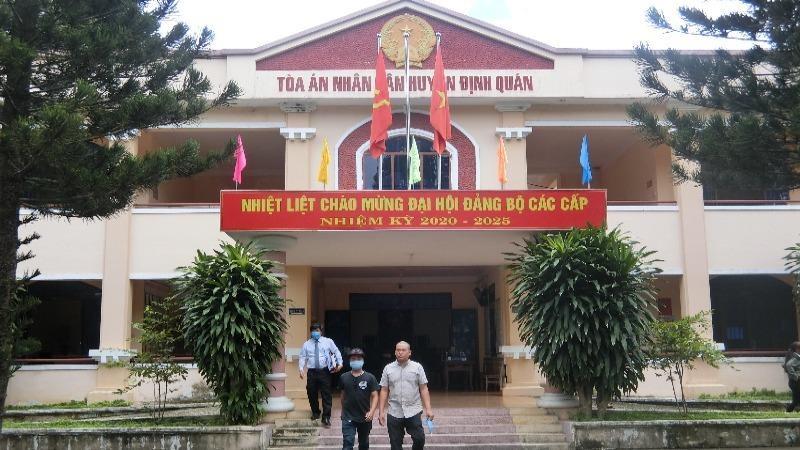 Bị cáo Nguyễn Trường Sơn rời tòa.