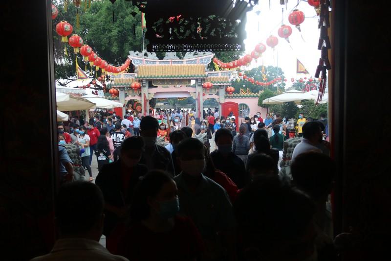 Hàng chục ngàn người đổ về Chùa Ông cầu bình an ngày đầu năm mới