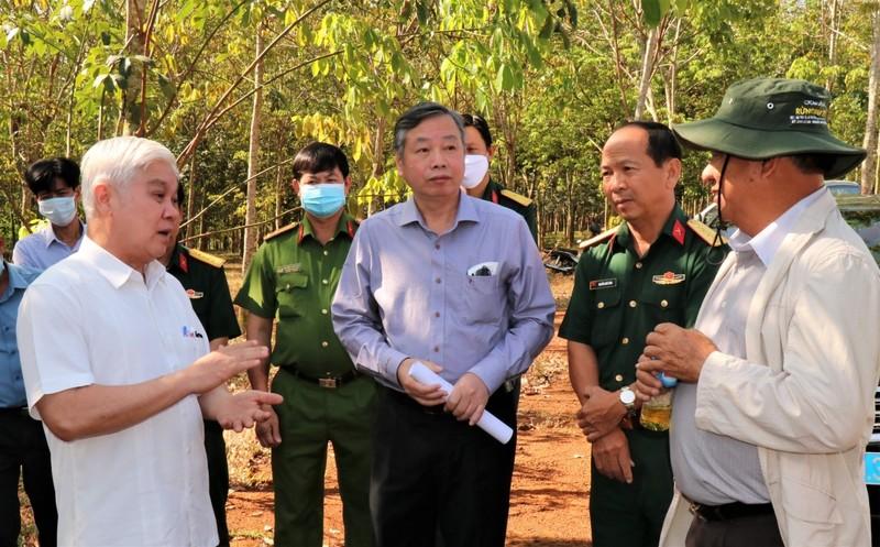 Bí thư Tỉnh ủy Nguyễn Văn Lợi trao đổi cùng đoàn khảo sát tại hiện trường sân bay Técníc Hớn Quản.