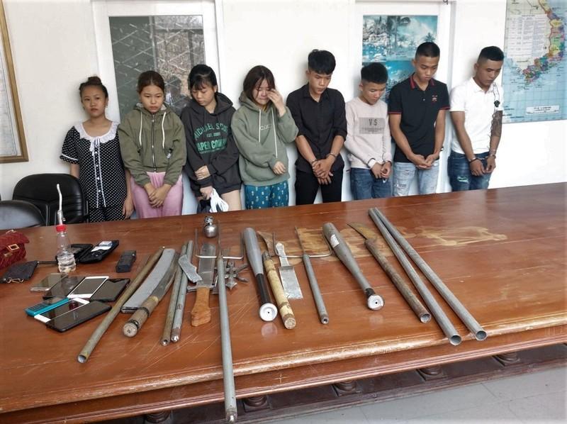 Các đối tượng bị bắt giữ khi vừa sử dụng ma tuý cùng nhiều vũ khí nóng tại phòng trọ.