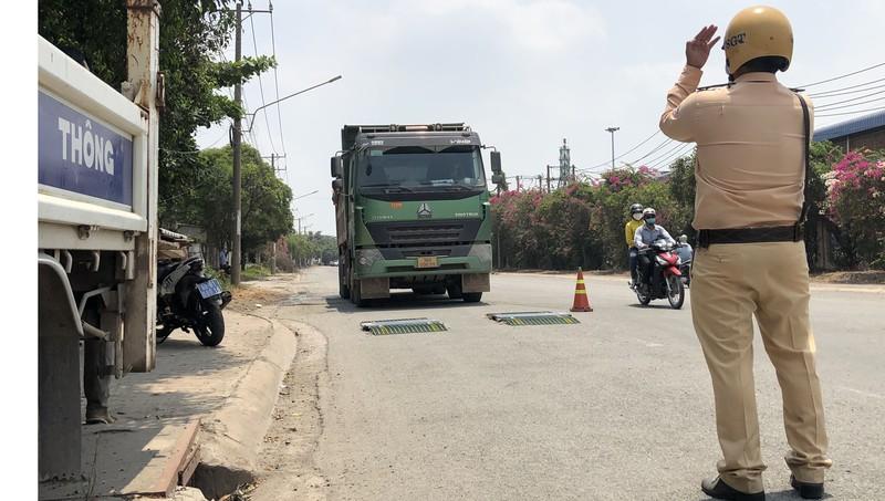 Lực lượng CSGT phải mất nhiều thời gian mới có thể tiến hành kiểm tra cân tải trọng đối với xe vi phạm ( Ảnh: Trọng Duy)