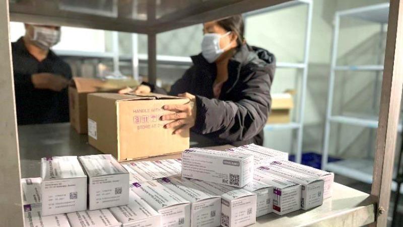 Nhân viên y tế kiểm tra nhãn vắcxin để bảo đảm đúng nhà sản xuất, đúng loại vắcxin, hạn sử dụng của vắcxin và nhiệt độ bảo quản từ 2 – 8 độ C.