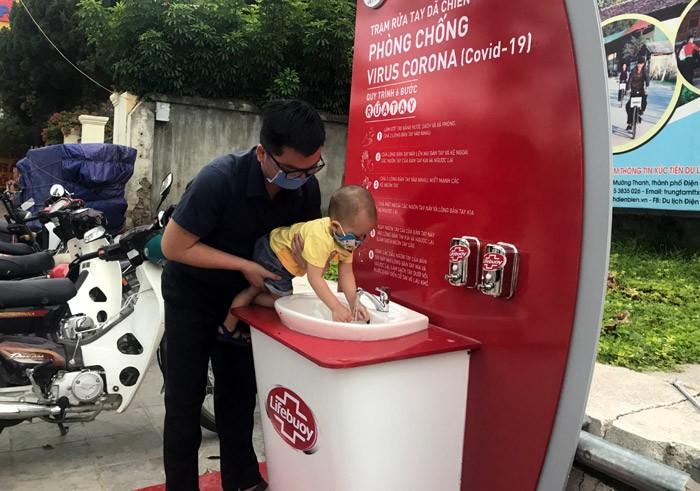 Lắp đặt Trạm rửa tay dã chiến tại thành phố Điện Biên Phủ