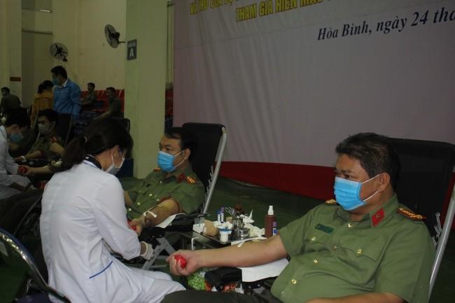 Gần 700 cán bộ, chiến sĩ công an tỉnh Hòa Bình tham gia hiến gần 2.000  đơn vị máu
