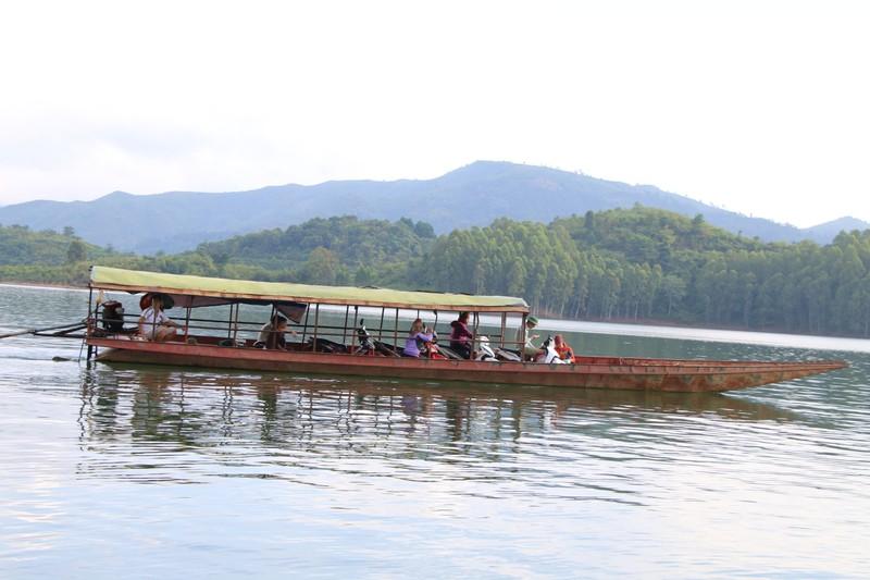 Lực lượng chức năng Sơn La tập trung đảm bảo an toàn giao thông trên vùng lòng hồ sông Đà.