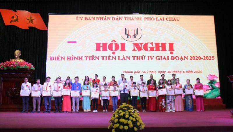 UBND tp. Lai Châu khen thưởng 35 tập thể và 97 cá nhân