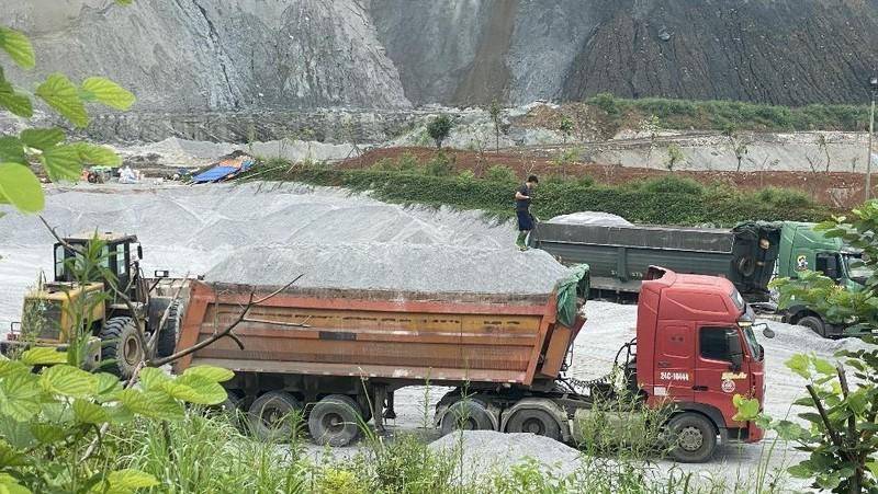 Những chiếc xe chất cả núi chất thải hóa chất hàng ngày lưu thông trên Tỉnh lộ 151.