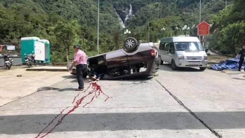 Hiện trường tai nạn lật xe tại đoạn dốc khuôn viên khu du lịch Cầu kính Rồng mây.