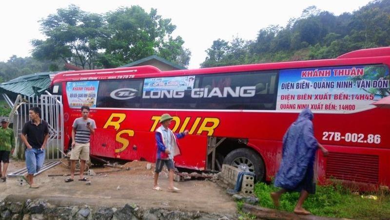 Xe khách bất ngờ đâm vào nhà dân ở Điện Biên, tài xế bị thương nặng