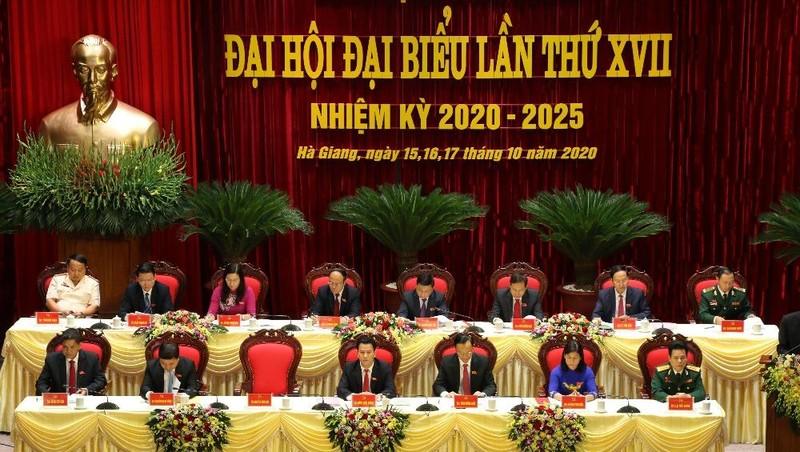 Đoàn Chủ tịch chủ trì Đại hội đại biểu Đảng bộ tỉnh Hà Giang lần thứ XVII.