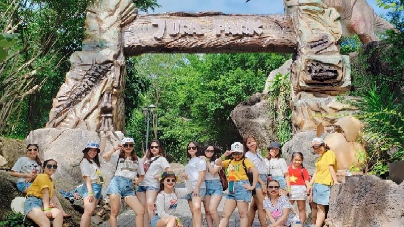 Du khách chụp ảnh lưu niệm tại Khu du lịch Công viên suối khoáng nóng  Núi Thần Tài – Đà Nẵng