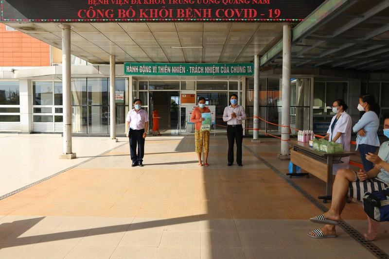 Ngành Y tế địa phương tổ chức xuất viện cho 10 bệnh nhân chữa khỏi COVID-19.