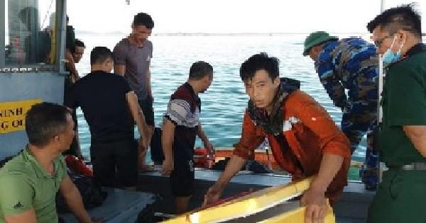 Những thuyền viên được đưa vào bờ an toàn. Ảnh: PTQ