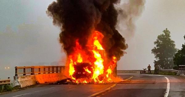 Phần đầu container bất ngờ bốc cháy dữ dội.