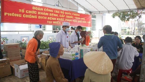 Bộ Quốc phòng khám bệnh, phát thuốc và tặng quà cho người dân tỉnh Quảng Ngãi