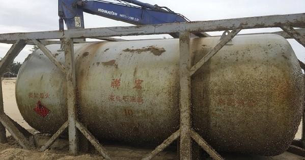 Lực lượng chức năng đang phối hợp xử lý bồn hóa chất trôi dạt vào bờ biển tỉnh Quảng Nam
