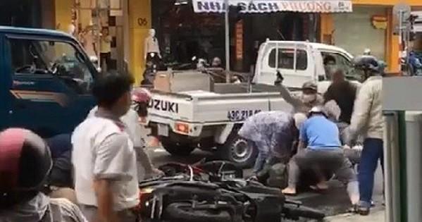 Các trinh sát thuộc Phòng Cảnh sát hình sự Công an thành phố Đà Nẵng nổ súng chỉ thiên để trấn áp 2 tên tội phạm giữa phố, Ảnh cắt từ clip