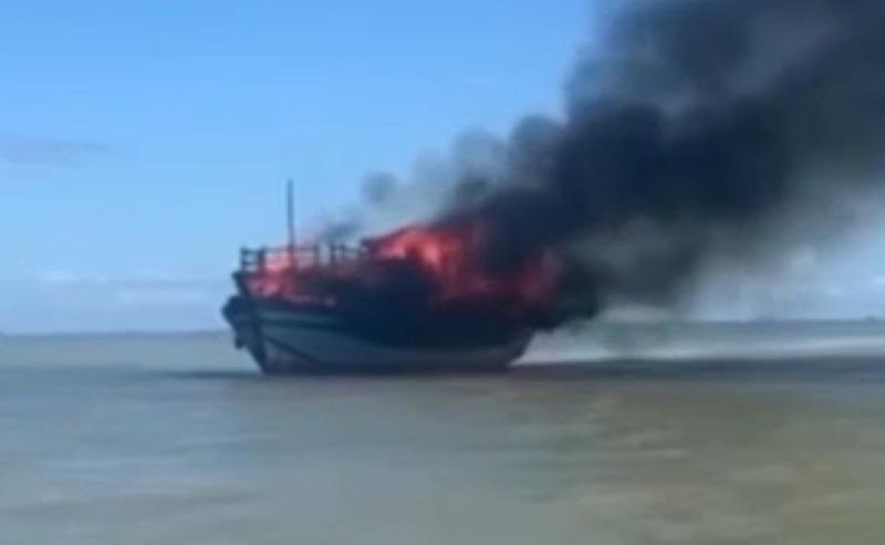 Tàu chở khách bốc cháy giữa biển